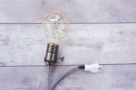 diy lampe mit holzrahmen textilkabel und gl hbirne sch nes licht im vintage stil diy. Black Bedroom Furniture Sets. Home Design Ideas