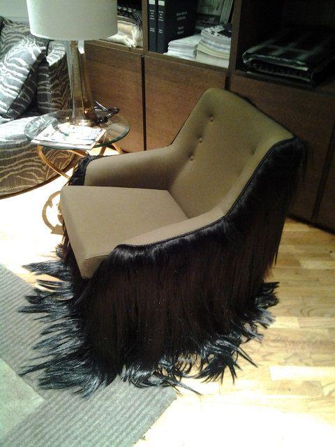 Vendo una poltrona vintage da 50-ies con un re-design straordinario. Si chiama Wookie chair.  La sedia è stata recentemente ricoperta con un semplice cotone verde militare, la schiuma del sedile è stata rinnovata così come le gambe sono laccato con colore dorato. Lintero lato e sul retro è decorato con capelli sintetici. I capelli va a destro verso il basso   La sedia Wookie è stata creata per una mostra incentrata sulla straordinaria re-design dei mobili vintage. Non è solo visivamente uno…