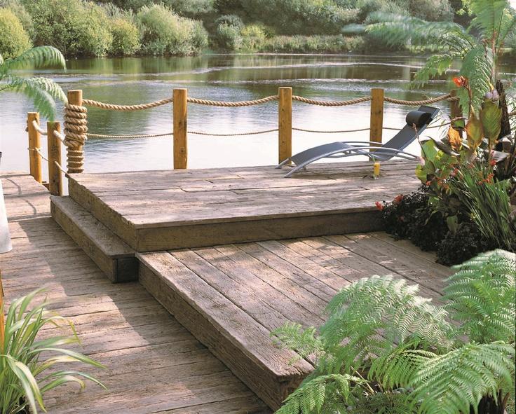 Mooie designtuin aan het water. Bekend van Eigen Huis & Tuin. Er ligt een solumvloer in waardoor algen geen kans krijgen en er meer tijd over blijft om te genieten van de zon!