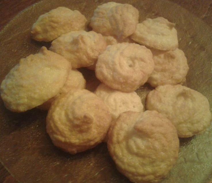 Ha sütéskor megmarad egy kis tojásfehérje, a kókusztallér a megoldás. http://receptek365.info/sutemenyek/kokusztaller/