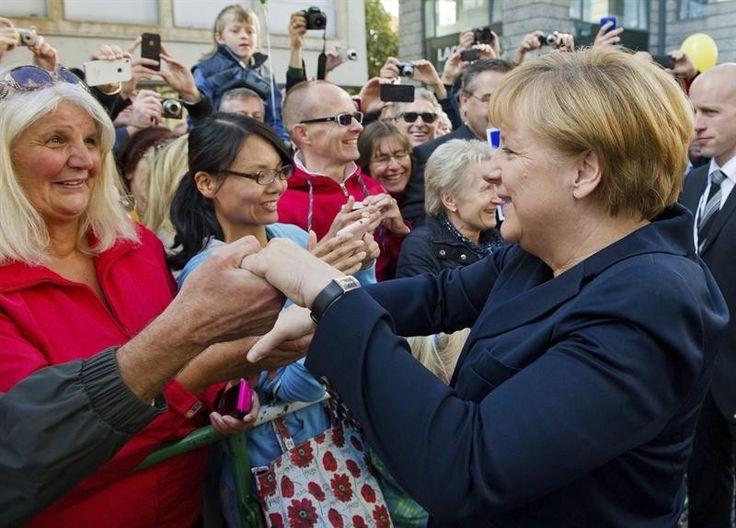 A chanceler alemã Angela Merkel participa de comemoração do Dia da Reunificação da Alemanha, em Stuttgart - http://epoca.globo.com/tempo/fotos/2013/10/fotos-do-dia-3-de-outubro-de-2013.html (Foto: EFE/Daniel Bockwoldt)