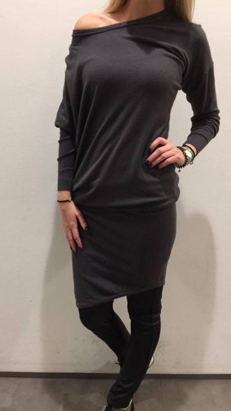 Tuniek / jurk van Rebelz Collection 1 maat in mooie grijze kleur. Fijne zachte stof. Asymmetrisch model. Shop online of kom gezellig langs in Kerkdriel