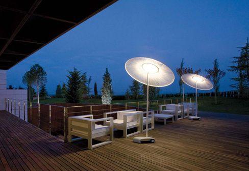Prosty sposób na wprowadzenie do swojego ogrodu odrobinę designerskiego smaku. Wystarczy zaopatrzyć się w świetną, nowoczesną lampę Wind wypuszczoną na rynek przez producenta zwracającego uwagę oświetlenia, firmy Vibia. Jej kształt jest wyraźnie zainspirowany parasolem, ale jej funkcja jest raczej odwrotna, ponieważ zamiast blokować dopływ światła ma za zadanie właśnie oświetlać.