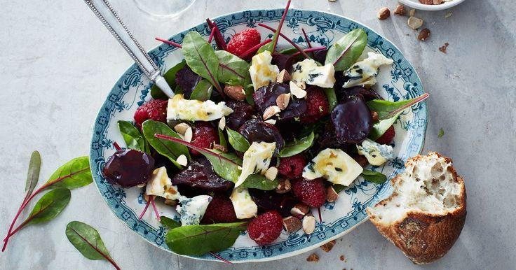 Du bara måste prova kombinationen av rödbetor, hallon och mögelost, tre oväntade smakkompisar i sommarens nya salladsfavorit.