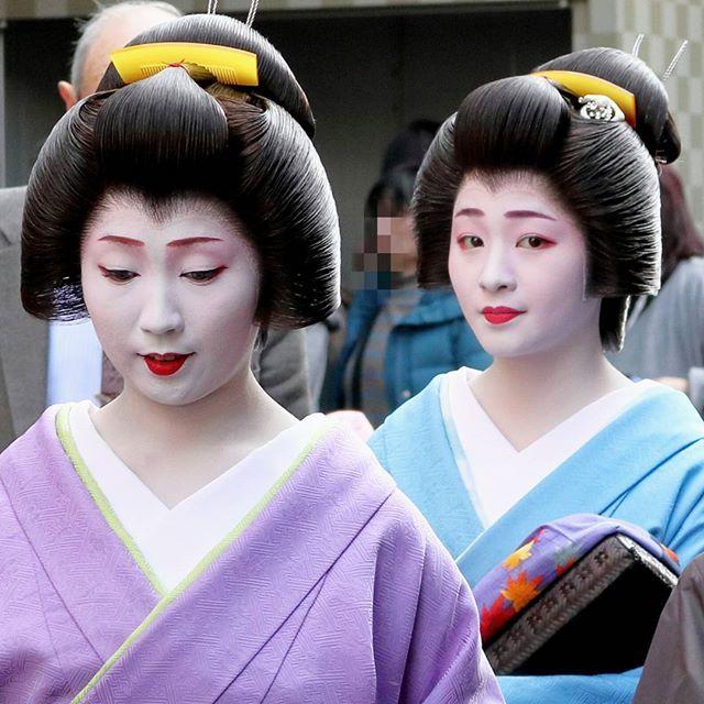 """""""姉妹""""のお帰り  #舞妓 #maiko #芸妓 #geiko #京都 #Kyoto #顔見世 #歌舞伎 #祇園甲部 #総見フォトこれでおしまい"""