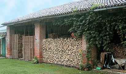 Il potere calorifico della legna dipende dalla quantità d'acqua che contiene ed è tanto maggiore quanto più è secca; è molto importante quindi la stagionatura dopo il taglio, pratica con la quale la legna è lasciata al sole e al vento per l'essiccazione. A tale scopoè necessario disporre di una tettoia o di un riparo …