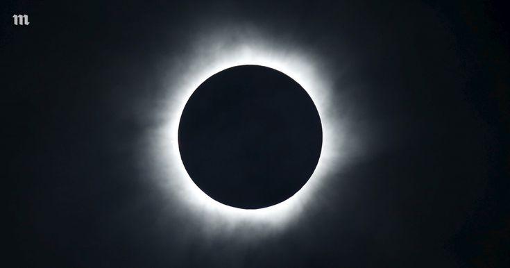 Полное солнечное затмение над Индонезией. Водной фотографии — Meduza