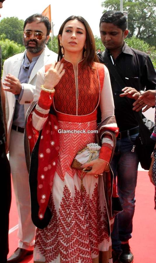Karisma Kapoor in Anarkali at Vibrant Vivah Wedding Festival 2013