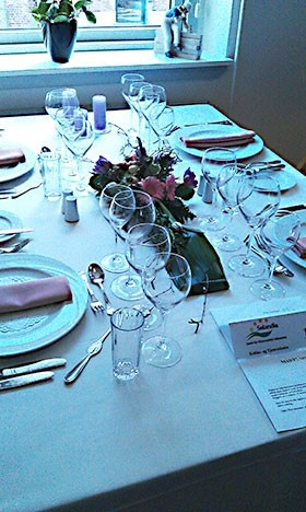Tjenernes svendeprøve indebærer blandt andet borddækning efter alle kunstens regler.