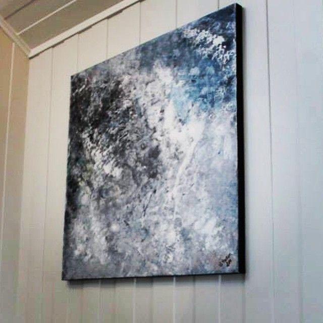 Lerret på tykk ramme 100x100cm har fått perfekt fast opphold i en åpen nymalt trappeoppgang i en stor stue på en gård i Hærland ❤️ @elinbrand #acrylic #acrylic #paint #paintings #diy #maleri #malerier #artwork #kunst