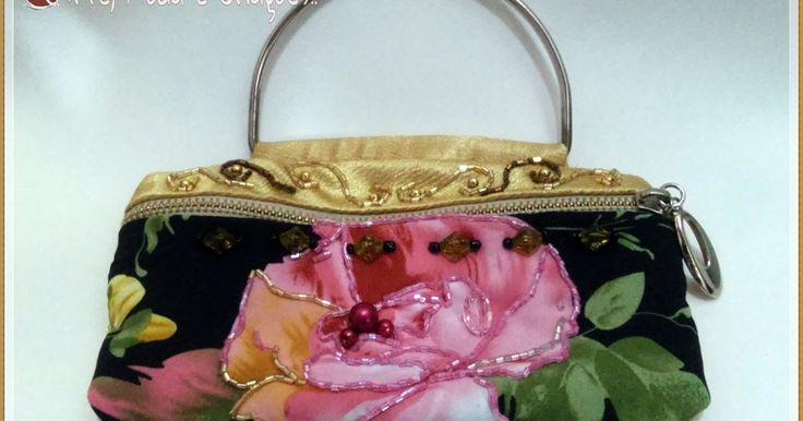 Linda bolsinha de mão para festa! Confira detalhes da criação deste modelo de bolsa de festa dourada em tecido bordado com pedras.