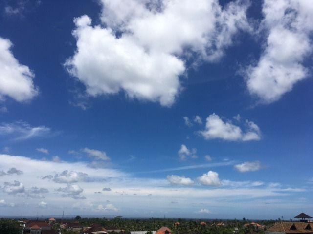 4/17(月)バリ島ウブドの現在のお天気はうっすら雲がかかった晴れ。室内温度29.9℃、湿度66%。ウブドの高台からは天気が良いと、バリ島南部のサヌールやクタ方面が見えるんです~。