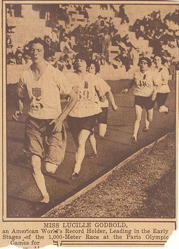 L'américaine Lucille Godbold mène la course du 1000 m que va gagner Lucie Bréard (n°48) le 20 août 1922, stade Pershing à Paris