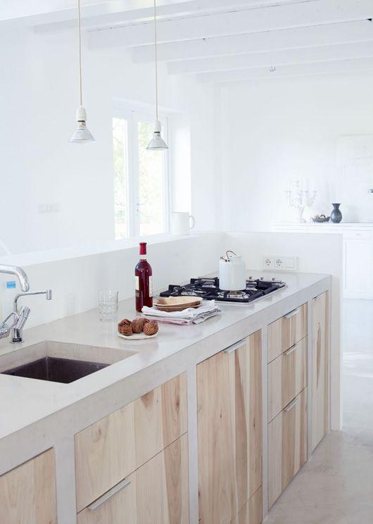 cocina, encimera y muebles de obra puertas de madera natural, suelo microcemento