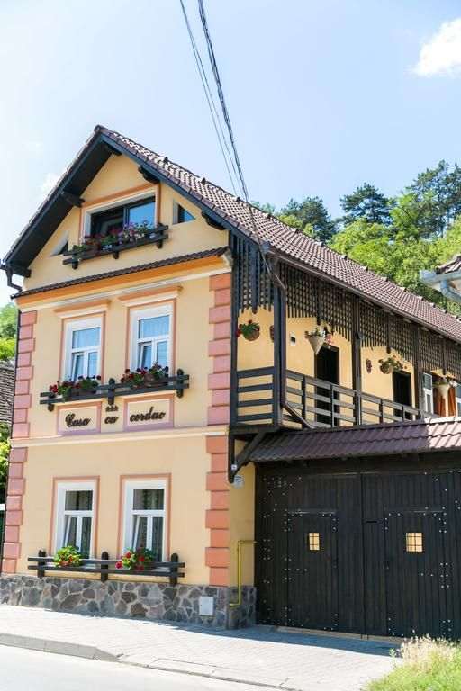 US$30 Situated in Sighisoara, 700 metres from the citadel, Casa cu Cerdac provides a garden, a terrace, barbecue facilities and free WiFi.