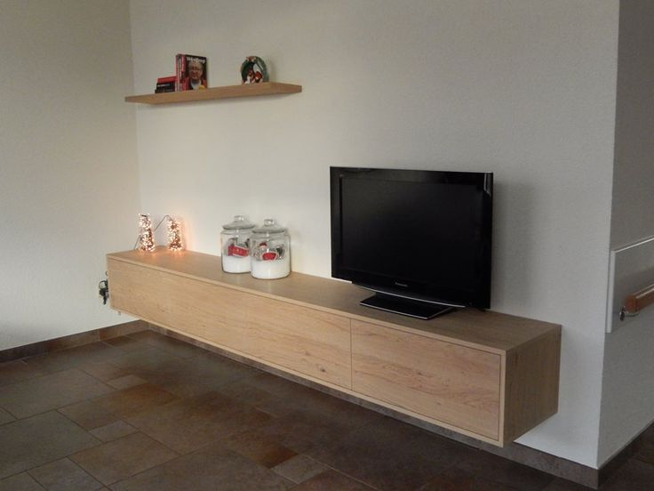 Eiken zwevend TV dressoir met 4 kleppen + wandplank met onzichtbare ophanging. Gemaakt door de meubelmakers van Het Ambacht Losser Woonwinkel&Meubelmakerij.