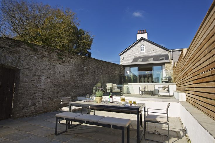 Hillfield Farmhouse - Outside patio and dining area