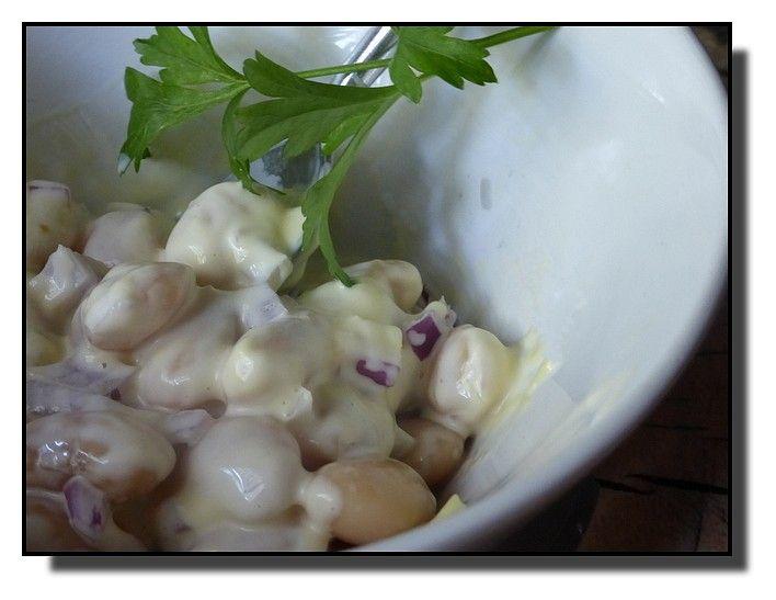 Šunku a cibuli nakrájíme nadrobno. Křen rozmícháme v tatarce, přidáme šunku, fazole, cibuli a podle chuti dosolíme a opepříme. Podáváme...