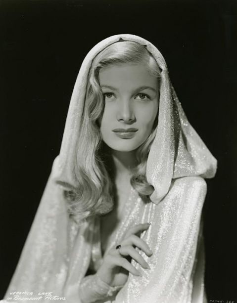 Yeah, pinning this because she resembles Galadriel!    -via latinamericana:  Veronica Lake, 1940s