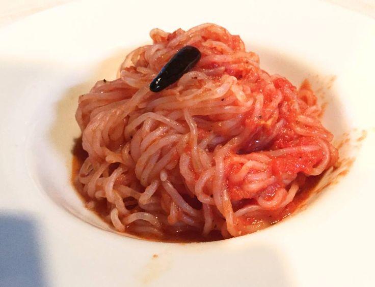 ☆共和AMELヘルシーメニュー☆  今、イタリアの女性たちの間で ゼンパスタが一大ブーム?! 海外のセレブたちもこぞってゼンパスタ を食べています!  ゼンパスタって何? これは日本のしらたきを乾燥 させたものです。 調理の際には、水でしらたきの状態に 戻してから使用します。 カロリーは、通常のパスタの1/3、 しかも独特の食感が人気の秘密の ようです。  今回は、ゼンパスタによる 「アラビアータ」をご紹介!  ①にんにくのみじん切り大さじ1杯、  オリーブオイル大さじ1杯赤唐辛子  5〜6本を中火で炒める。 ②アンチョビ大さじ1杯、トマト缶半分を  加えさらに炒める。 ③白ワイン少々、戻した乾燥しらたき  3玉を加え炒める。 ④塩・コショウで味を整え完成!  みなさんも、このおいしくて ヘルシーなゼンパスタ「アラビアータ」に チャレンジしてみませんか?!  #ヘルシー #クッキング #パスタ  [共和薬品工業URL] http://www.kyowayakuhin.co.jp/