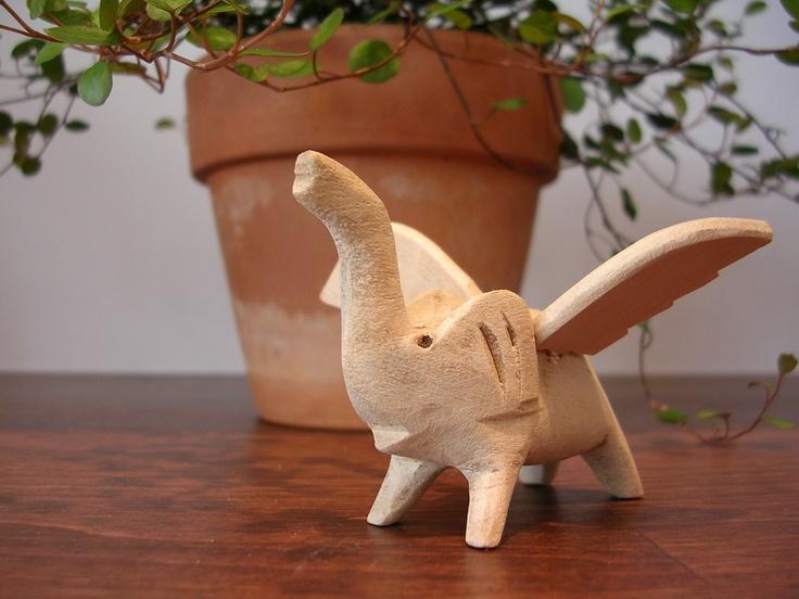 木製人形 飛ぶゾウ