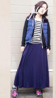 6青のダウンベスト×ジップパーカー×マキシ丈スカート