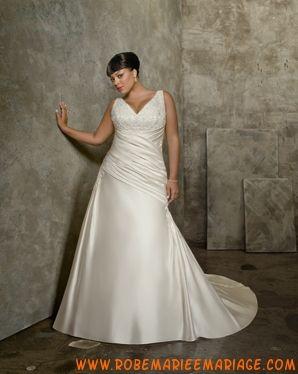 Robe simple avec bretelles agrémentée de plis et de brodereis robe de mariée grande taille