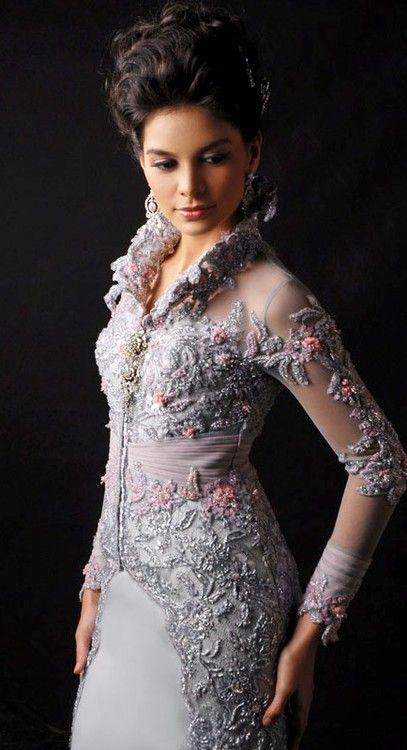 missingsisterstill:    Modern Kebaya Kebaya, tradisional dress of java Indonesia. Kebaya usually worn with a sarong or batik kain panjang, or other traditional woven garment such as ikat, songket with a colorful motif.