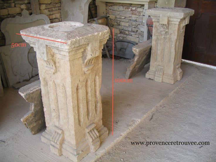 Pilastres anciens en pierre sculptés sur les 4 faces.