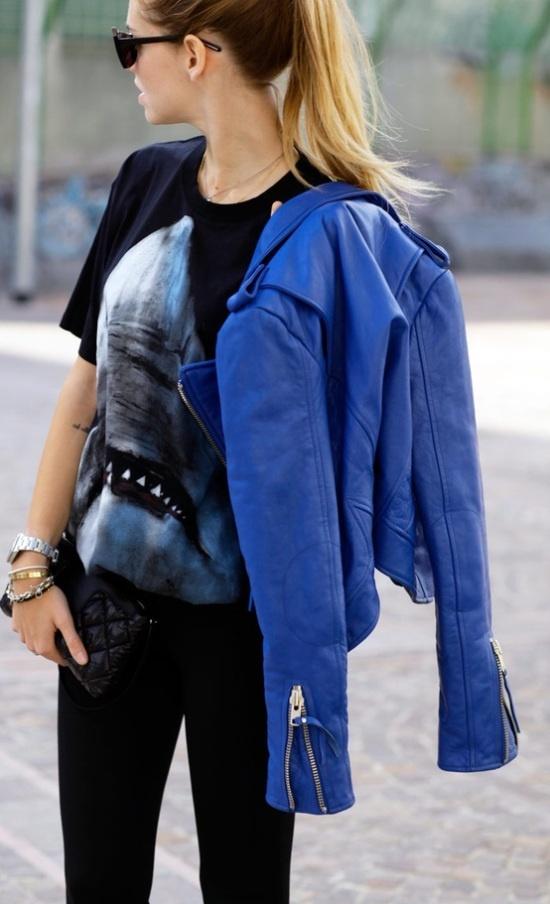 Blauw leer gecombineerd met stoere, zwarte look. Het shirt valt weer losjes, de broek is skinny en het jasje voegt voor jou de juiste kleur toe.