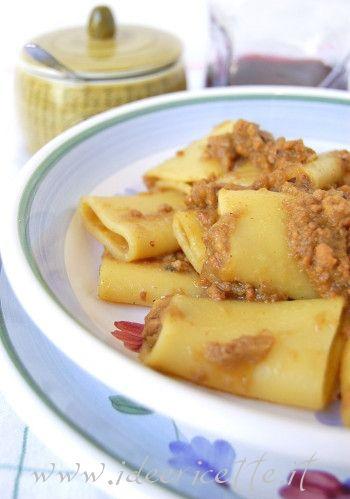 Primo piano pasta con sugo alla genovese di cipolle