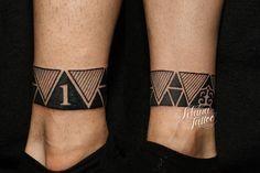 三角形をベースにデザインした足首一周のトライバルタトゥーです。所要時間の目安は2時間前後です。