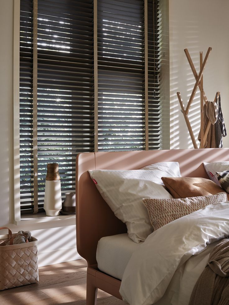 Using a textured woven tape on a glossy black blind lends it some eastern sleek…