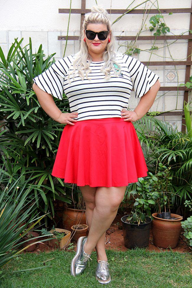 Blusa listrada e saia vermelha - look do dia plus size com uma vibe retrô ou pin up