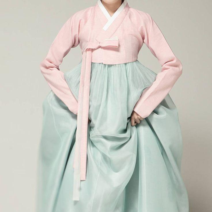 최소한의 색감과 장식이 필요한 요즘... 덜어낼수록 마음편한 디자인.. #신부한복 #서담화