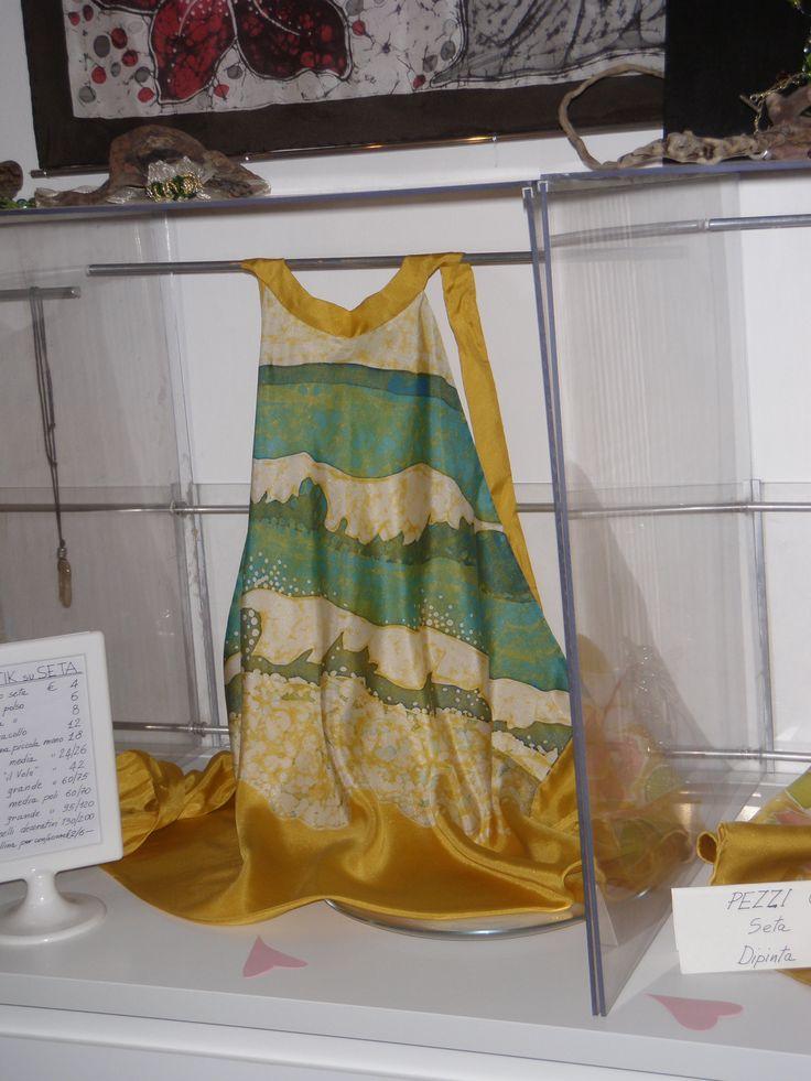 top dipinto a mano su seta in tecnica batik