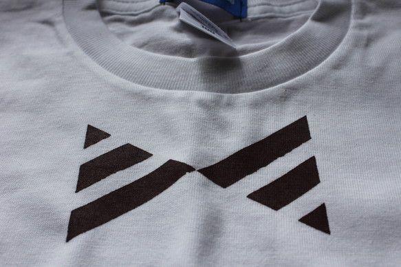 既製のTシャツにシルクスクリーンでプリントしました。白色Tシャツに茶色に近いマルーン色プリント。サイズ130肩幅約33cm丈約47、5cm多少のズレや擦れ等あ...|ハンドメイド、手作り、手仕事品の通販・販売・購入ならCreema。