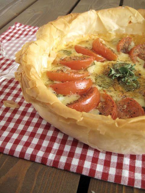 Τραγανή ντοματόπιτα με κασέρι και κολοκυθάκια