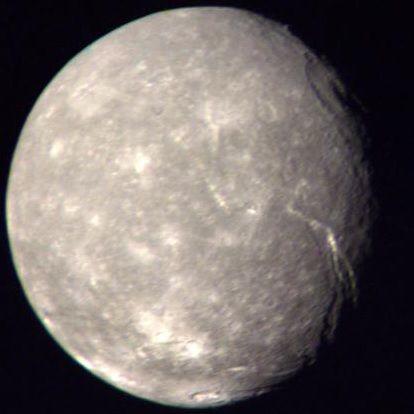Los satélites del Sistema Solar: Titania, con 1.576km de diámetro, es el satélite más grande de Urano y el octavo más grande del Sistema Solar. #astronomia #ciencia