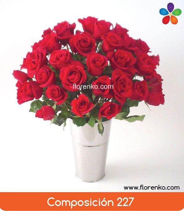 Contemporánea composición de atractivas rosas dispuestas en florero metálico. Exclusiva composición de rojos intensos y generosos botones. ___________  Detalles: 50 rosas de invernadero, florero alto de acabado cromado, altura aproximada; 75cm. ___________  Fotografías reales. ¿Te gustaría en otro color? Contáctanos para solicitar el cambio.