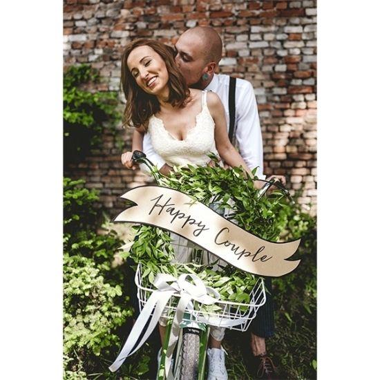 Bruiloft versiering Happy Couple. Decoratie met een opschrift: Happy couple en Wedding. Materiaal: kraftpapier. Formaat: ongeveer 55 x 19 cm. Verpakking bevat 2 stuks.