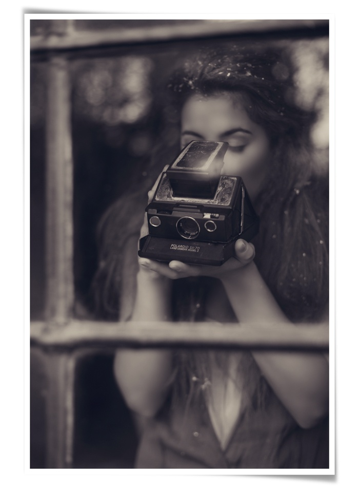 honeypieLIVINGetc: Picture, Old Camera, Vintage Camera, Window, Self Portraits, Red Carpets, Black White, Digital Photography, Beautiful Art