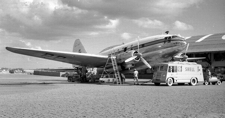 Cultura Aeronáutica: Túnel do Tempo: O Aeroporto de Congonhas / Esse Curtiss C-46 da Varig estava sendo abastecido e atendido pela manutenção, para cumprir seu próximo voo, no pátio da empresa, em Congonhas. Esse pátio ainda mantinha o calçamento em paralelepípedos de granito, que ainda pode ser encontrado em alguns lugares do aeroporto, especialmente no pátio de manutenção da antiga Vasp.