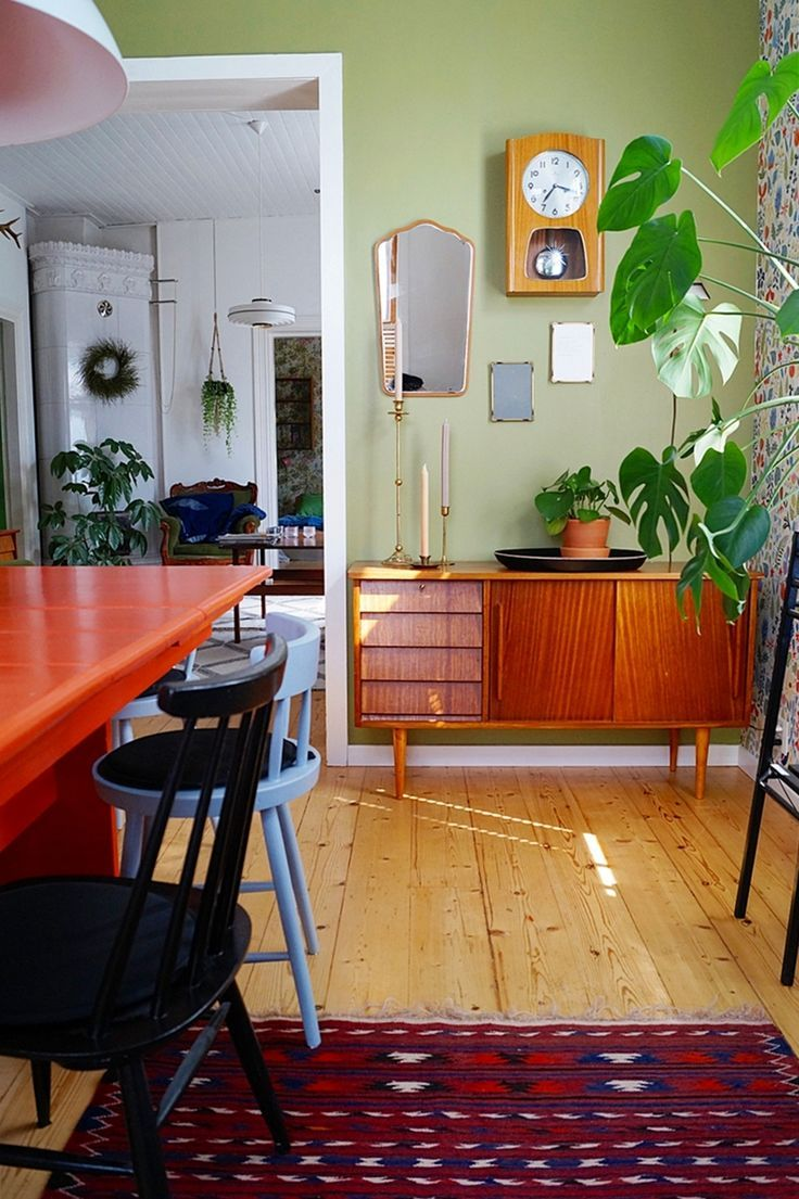 dining room, renovation, green wall, old furnitures, teak sideboard, old house, houseplants, wall clock, retro, vintage, orange table, colourful wool carpet, ruokailuhuone, vihreä seinä, teak senkki, värikäs villamatto, seinäkello