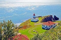 5. Nueva Escocia Nueva Escocia es una de las diez provincias de Canadá, parte de las Provincias Marítimas. Está formada por una península larga y estrecha, la homónima península de Nueva Escocia, y la isla de Cabo Bretón en la extremidad norte. La península está rodeada por el océano Atlántico,