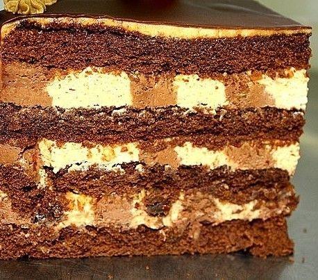 Фурше  - шоколадный бисквит, обжаренный миндаль, чернослив, два вида крема - карамельный и шоколадный...