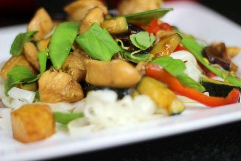 Kurczak z Kiełkami i Ananasem - Łatwy i smaczny przepis kuchni chińskiej. Idealna propozycja na oryginalny obiad lub kolację. Napisz nam jak Ci smakowało:)