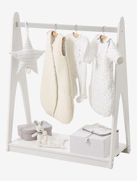 Süße Kleiderstange für Babysachen, die einfach zu schön für den Kleiderschrank sind! Und hier lässt sich tagsüber der Schlafsack aufhängen... unten ist auch noch eine praktische Ablage für niedliche Schachteln und Aufbewahrungsboxen. Produktdetails:Garderobenständer: MDF, lackiert. Höhe 110 cm, Breite 90 cm, Tiefe 40 cm. 4 Rollen, davon 2 mit Feststellbremse. 1 Fachboden als Ablage. Selbstmontage. Hinweis: Lieferung ohne Spielzeug oder Deko.;