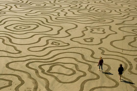 """Andres Amador has an amazing mind to come up with these beautiful modern patterns on such a large scale. To think that these are """"carvings"""" in the sand that will vanish within days.Artists, Sand Art, Beach Painting, Canvas, Andre Amador, Landart, Land Art, Sands Sculpture, Sands Art"""