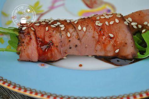 Rosbiefrolletjes gevuld met rucola en een heerlijke saus van soja, honing, chilisaus en citroen. De meest simpele rolletjes, die niet kunnen mislukken.